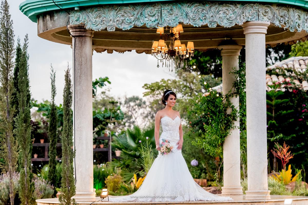 Uma fotografia linda feita na Villa Giardini, no gazebo de um angulo nunca visto e de visual exubertante, a noiva de corpo inteiro.