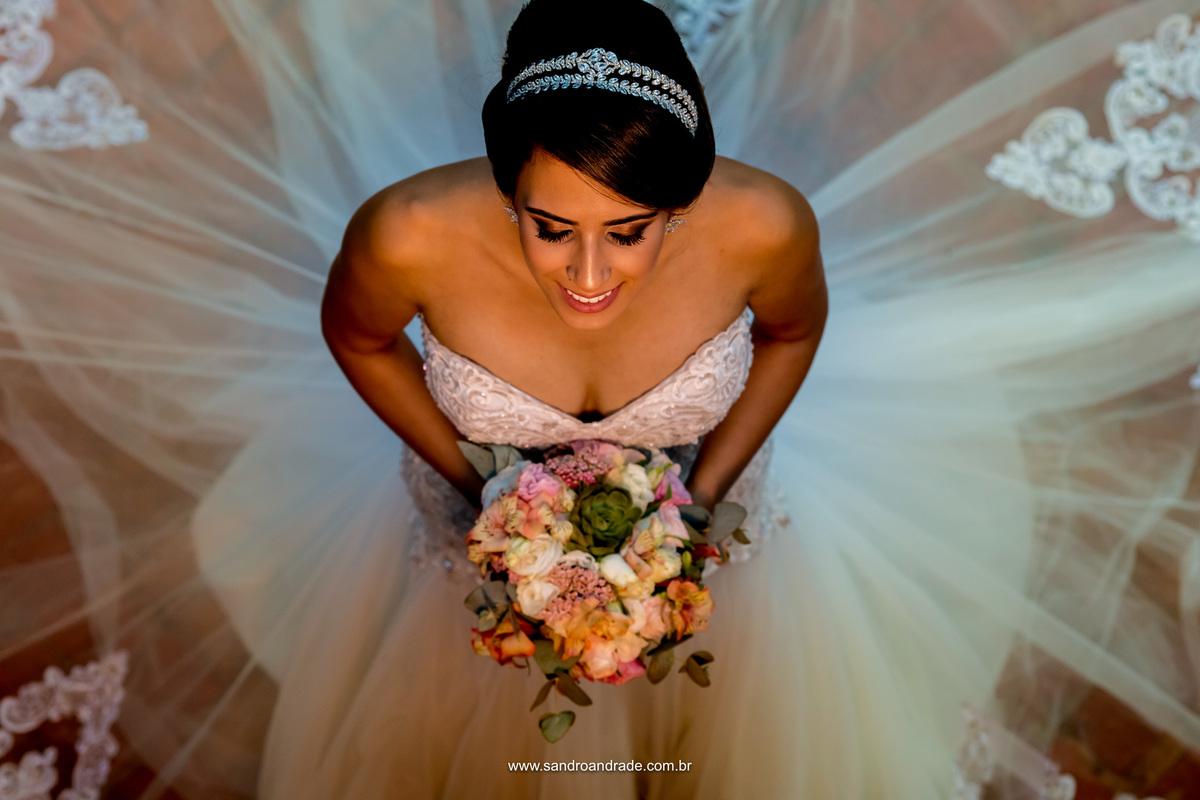 Retrato da noiva feito de cima com detalhes do vestido, maquiagem e lindo acessório da Leila Cerqueira.