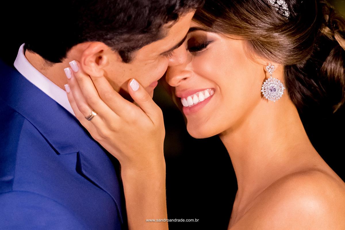 Retrato dos noivos, um toque, um gesto e muito amor nesta fotografia de rosto deste belissimo casal.
