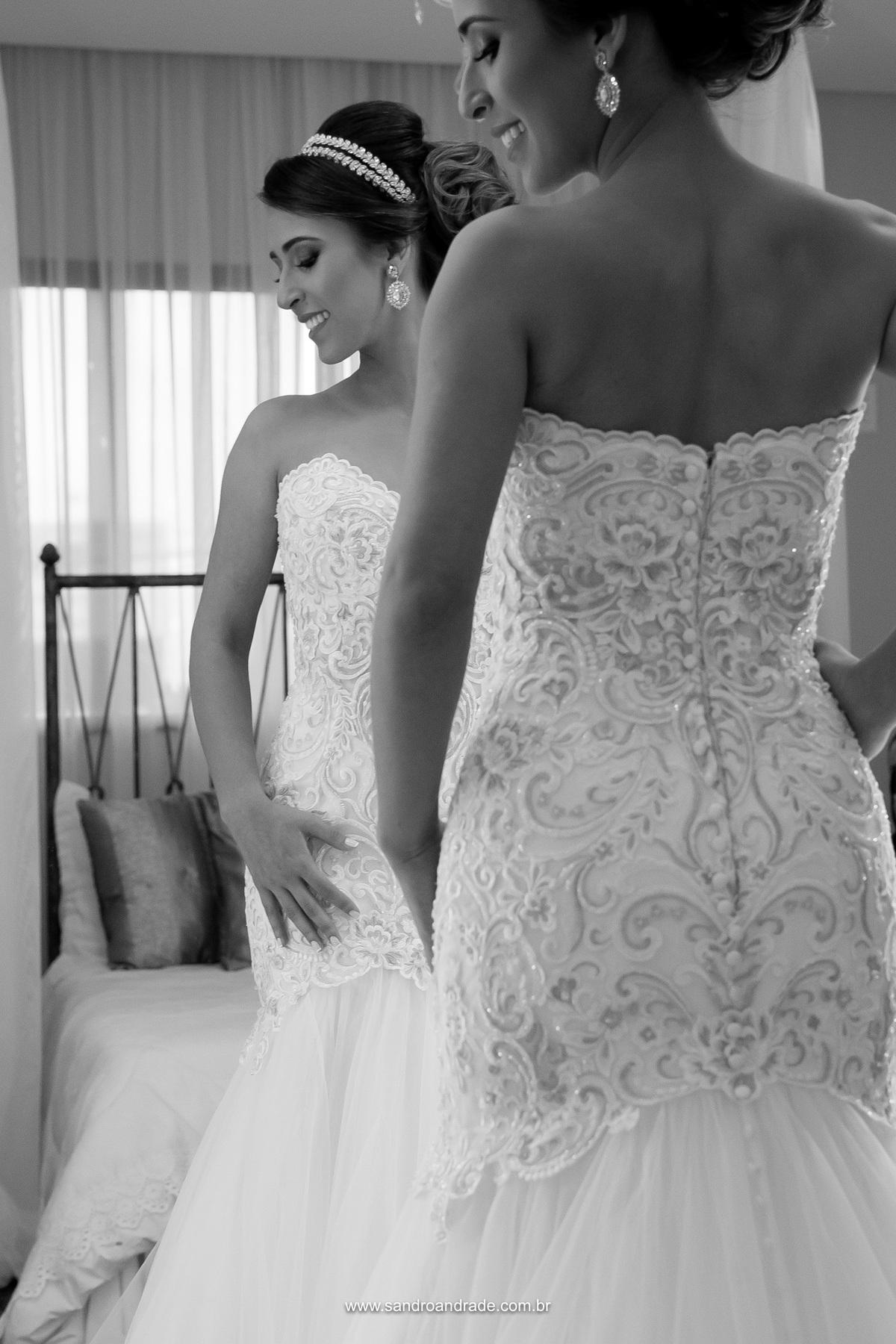 Linda fotografia com detalhes das costas do vestido de noiva belissimo da Milena, by Lá Fiancé - Brasilia