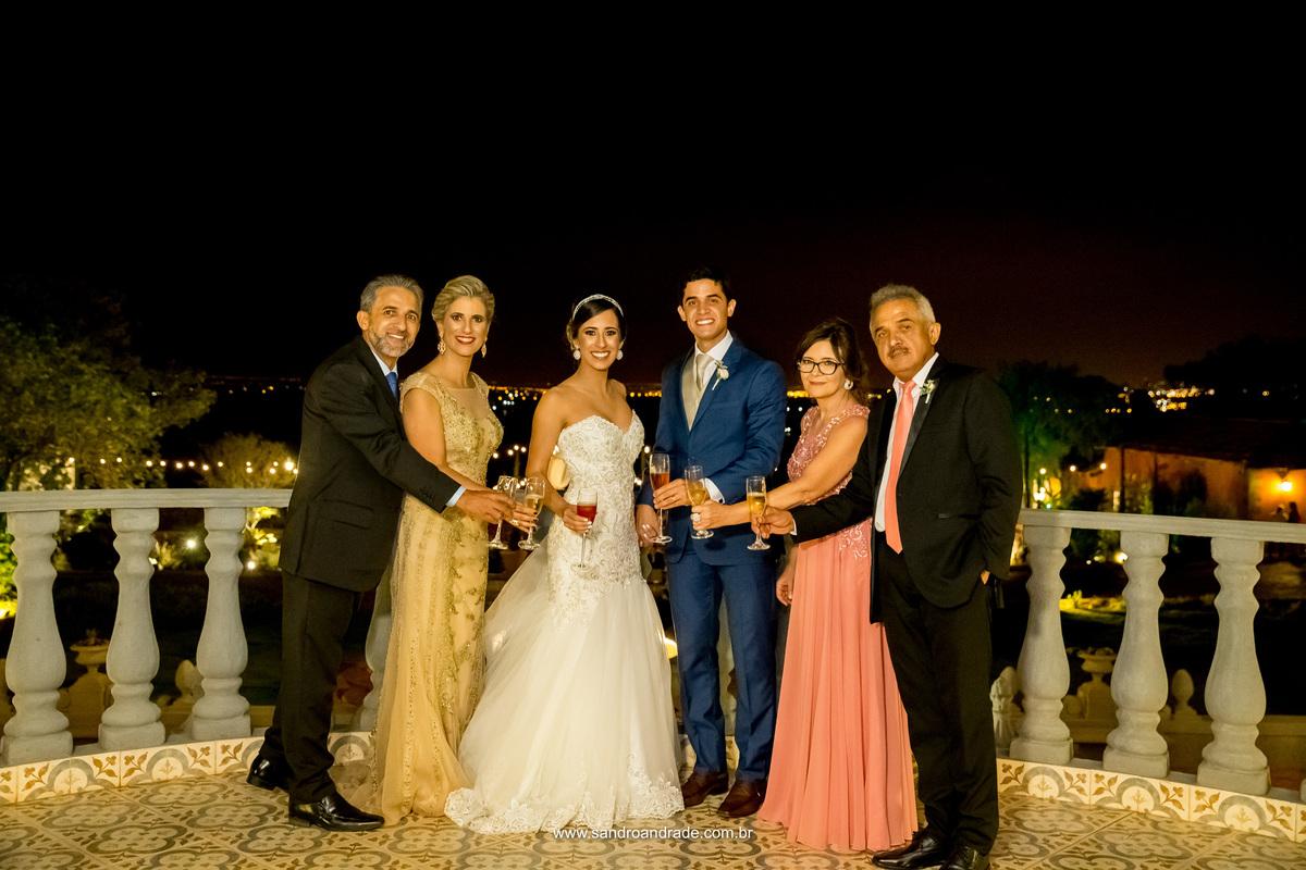 Brinde dos noivos com os pais, na sacada do salão principal.