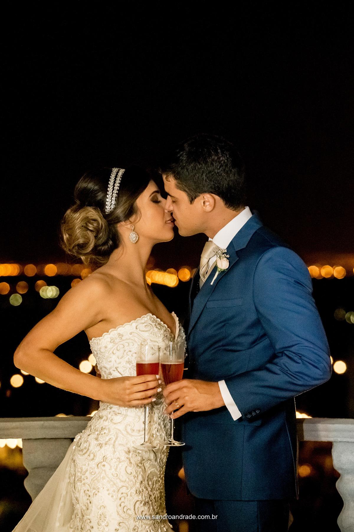 Mais um beijo repleto de amor.