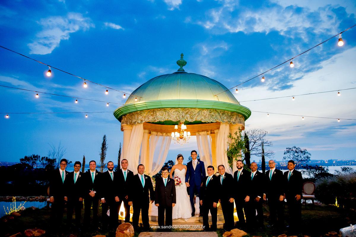 Um lindo céu azul e um casal apaixonado com seus padrinhos, fotografia feita no gazebo da Villa Giardini.