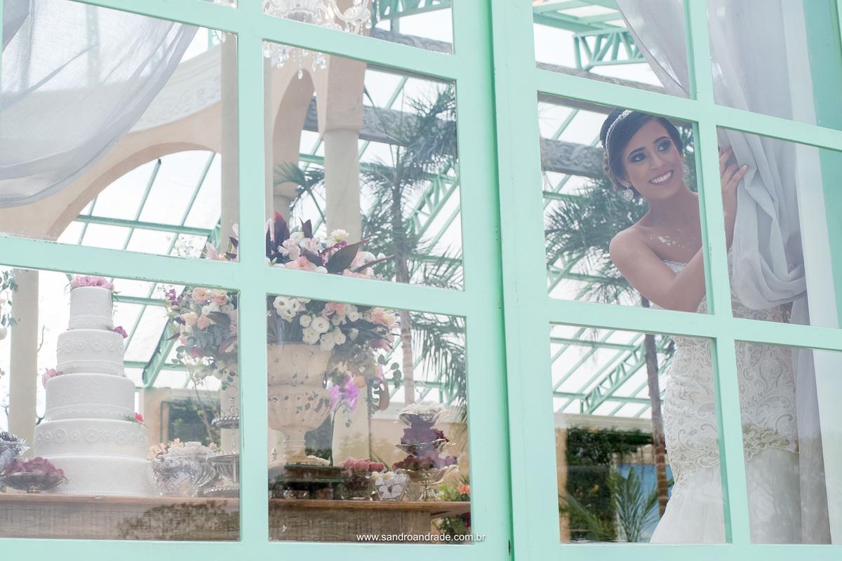 Enfim..ela chegou na Villa Giardini e escondida dentro do salão principal onde será sua festa ela da uma espiadinha na janela.