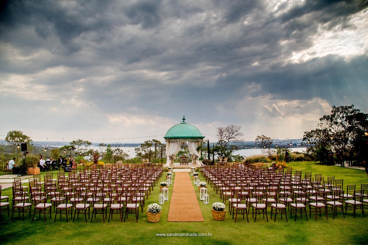 Tudo pronto no gazebo para a linda cerimonia do casamento de Milena e João.