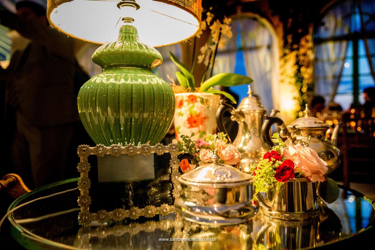 Mais detalhes da decoração, mesa do lounge com fotografia do casal no porta retratos e belissimas orquideas.