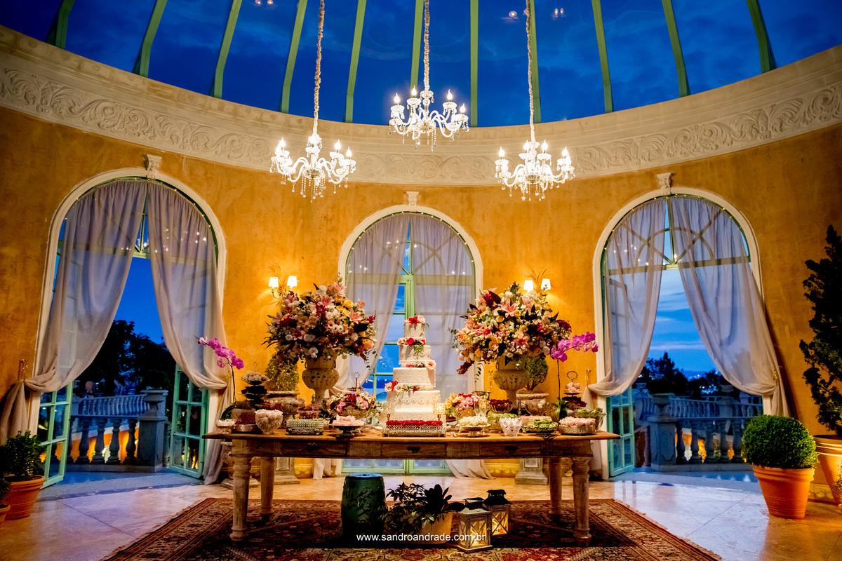 Linda decoração da mesa do bolo do casamento de Milena e João. Decoração: Dhyana Giardini / Maquete de bolo: Hiago Miguel / Espaço: Villa Giardini