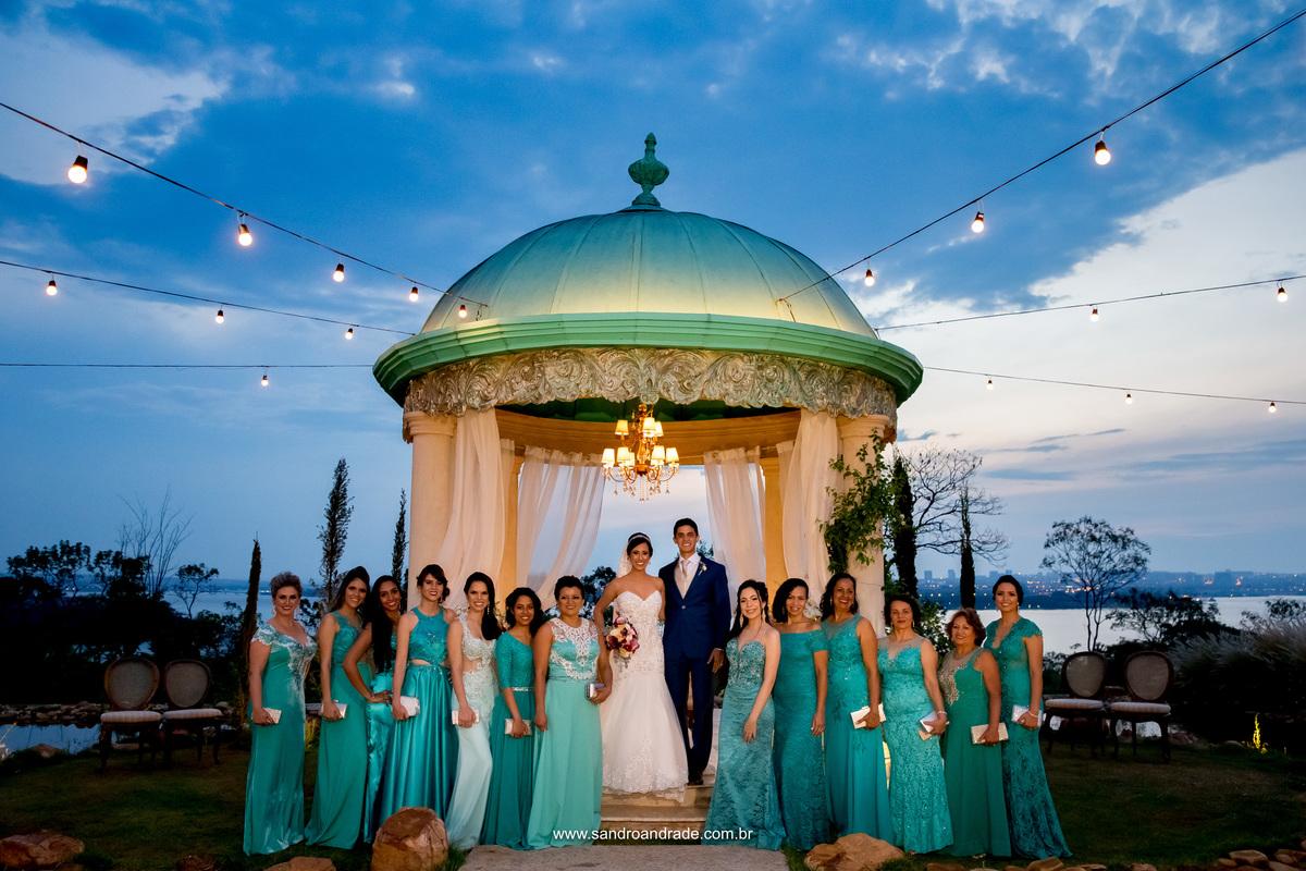 Os noivos juntamente com as madrinhas, todas de azul tifane.