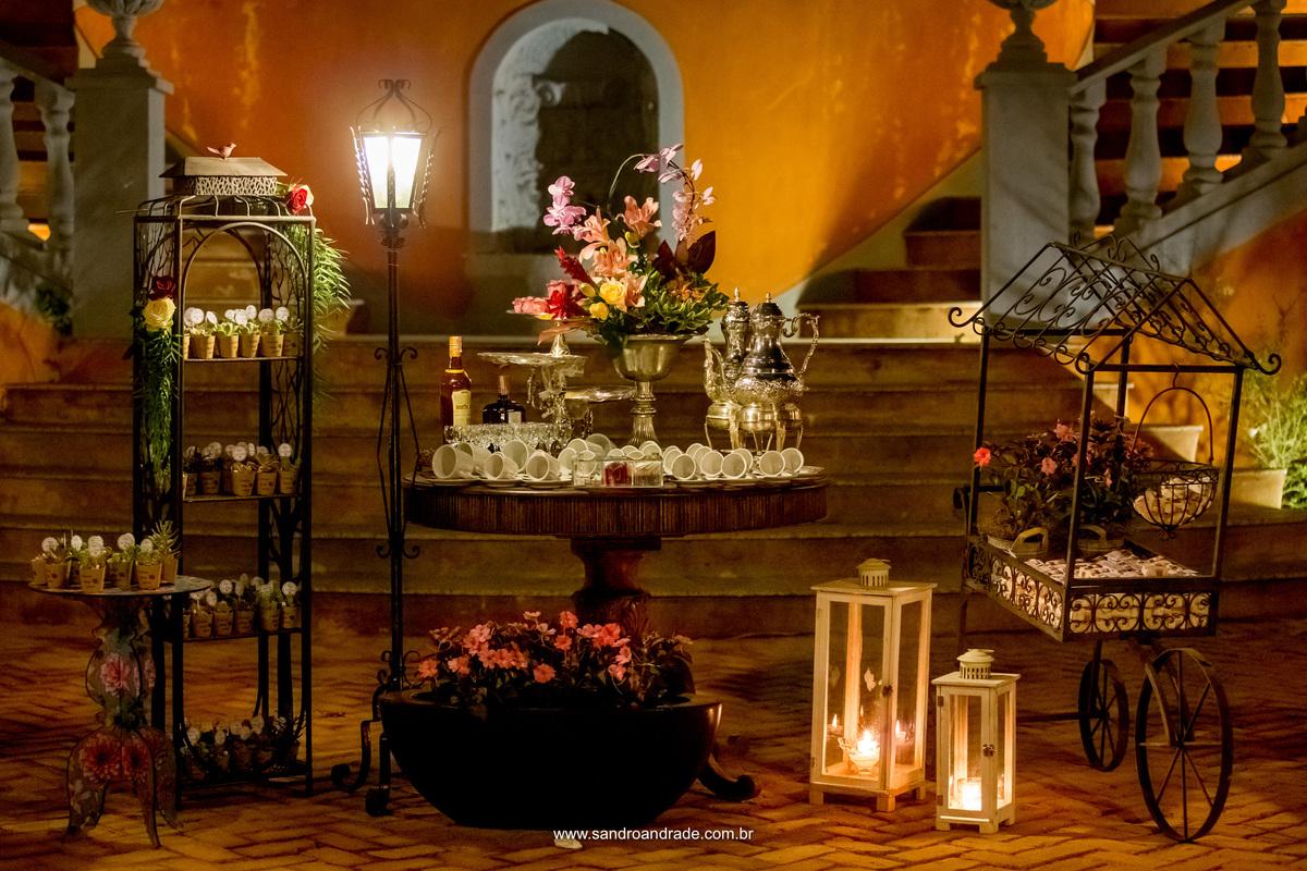 Decoração na entrada do casarão abaixo das escadarias da Villa Giardini, mesa dos bem casados e lembrancinhas.