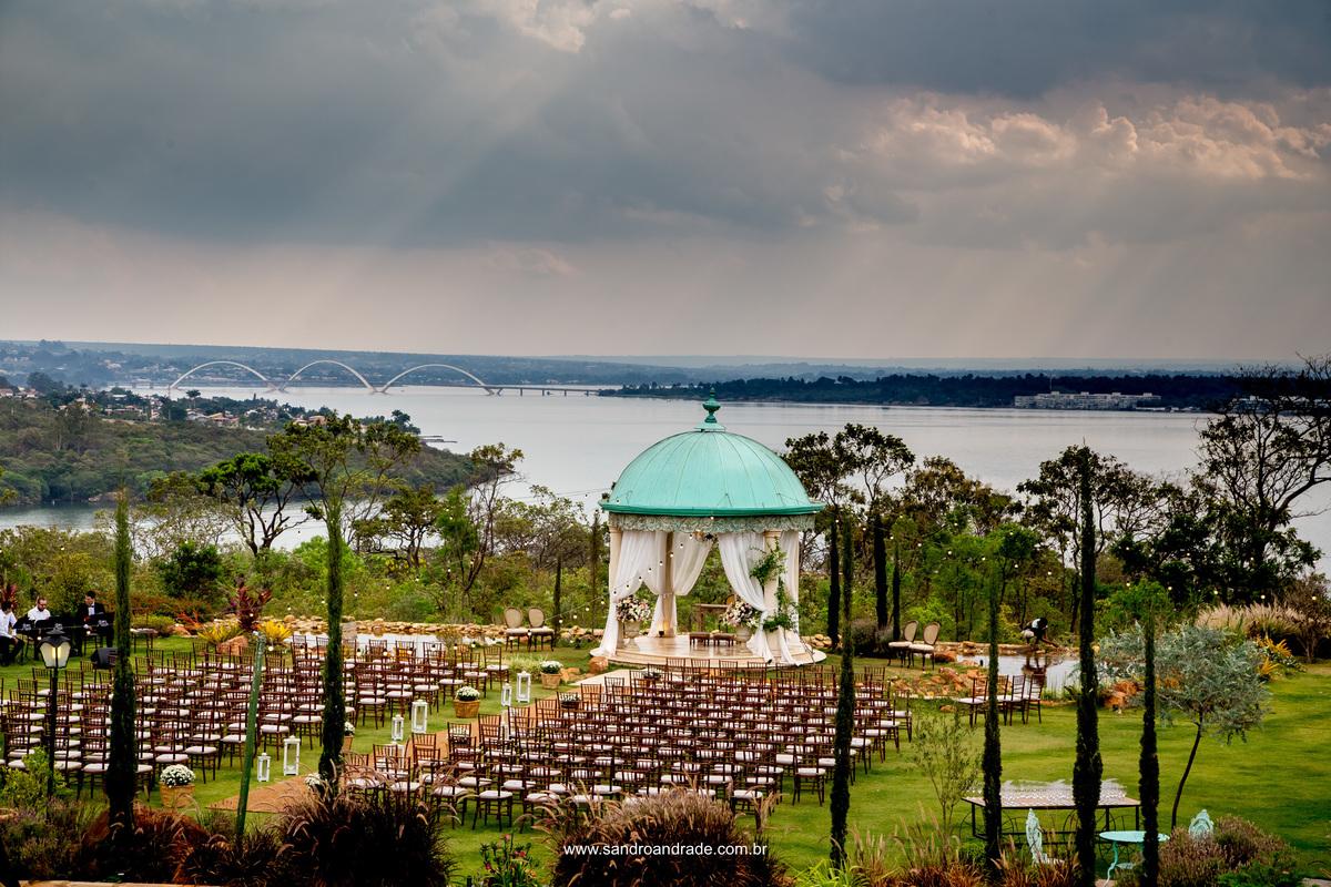 Um local especial nesta fotografia e uma linda obra de arte do Criador. Céu lindo e raios de luz juntamente com a decoração do local da cerimonia de casamento de Milena e João.