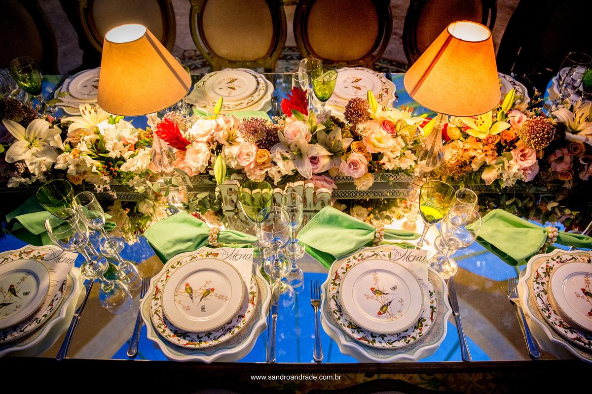 Lindo detalhe da decoração, com estes mimosos pratos com passarinhos na mesa da família.