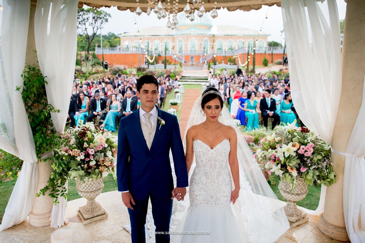 João e Milena, lindos começa a cerimonia de casamento que os unirá para todo o sempre.