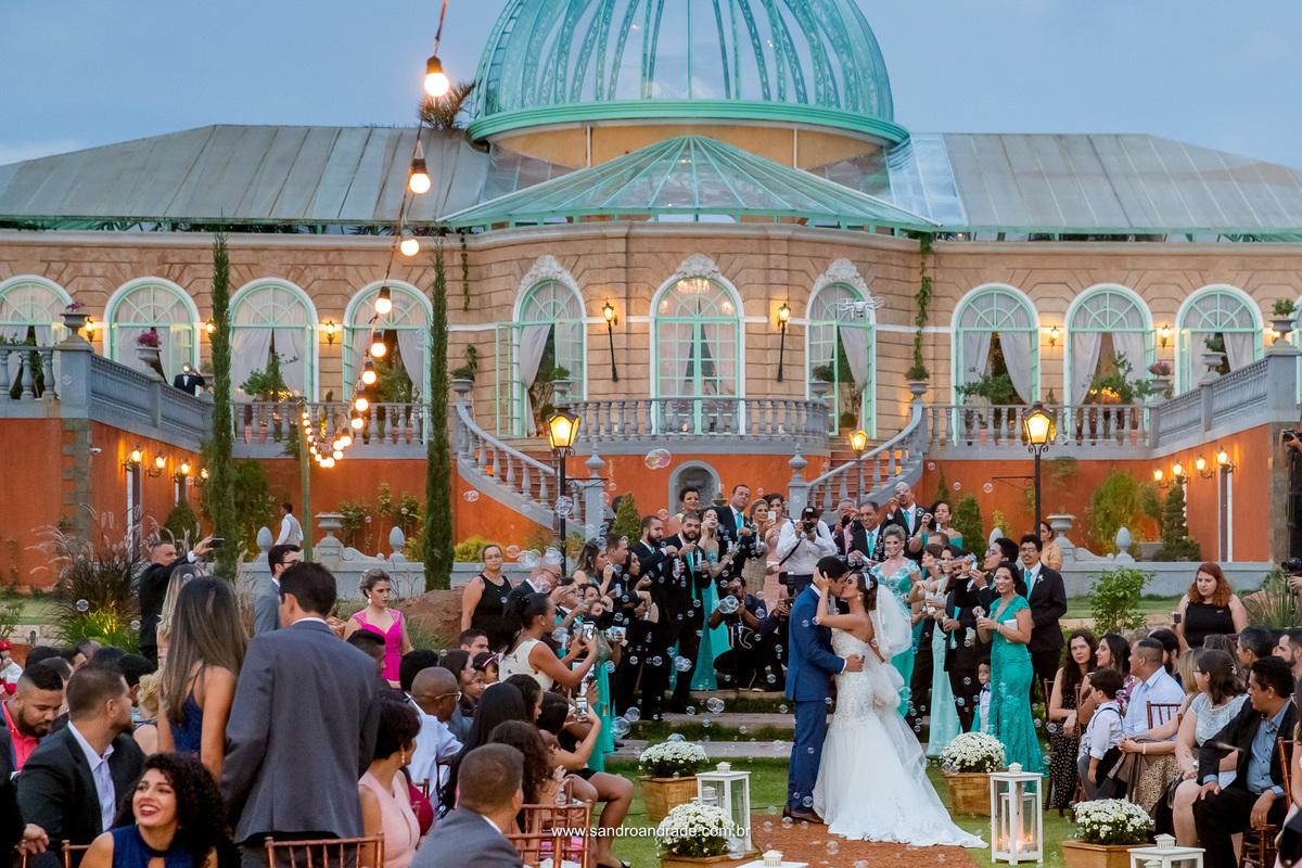 No final do caminho eles param e se beijam cercados pelos convidados e padrinhos, uma fotografia linda feita por Juliana esposa de Sandro Andrade.