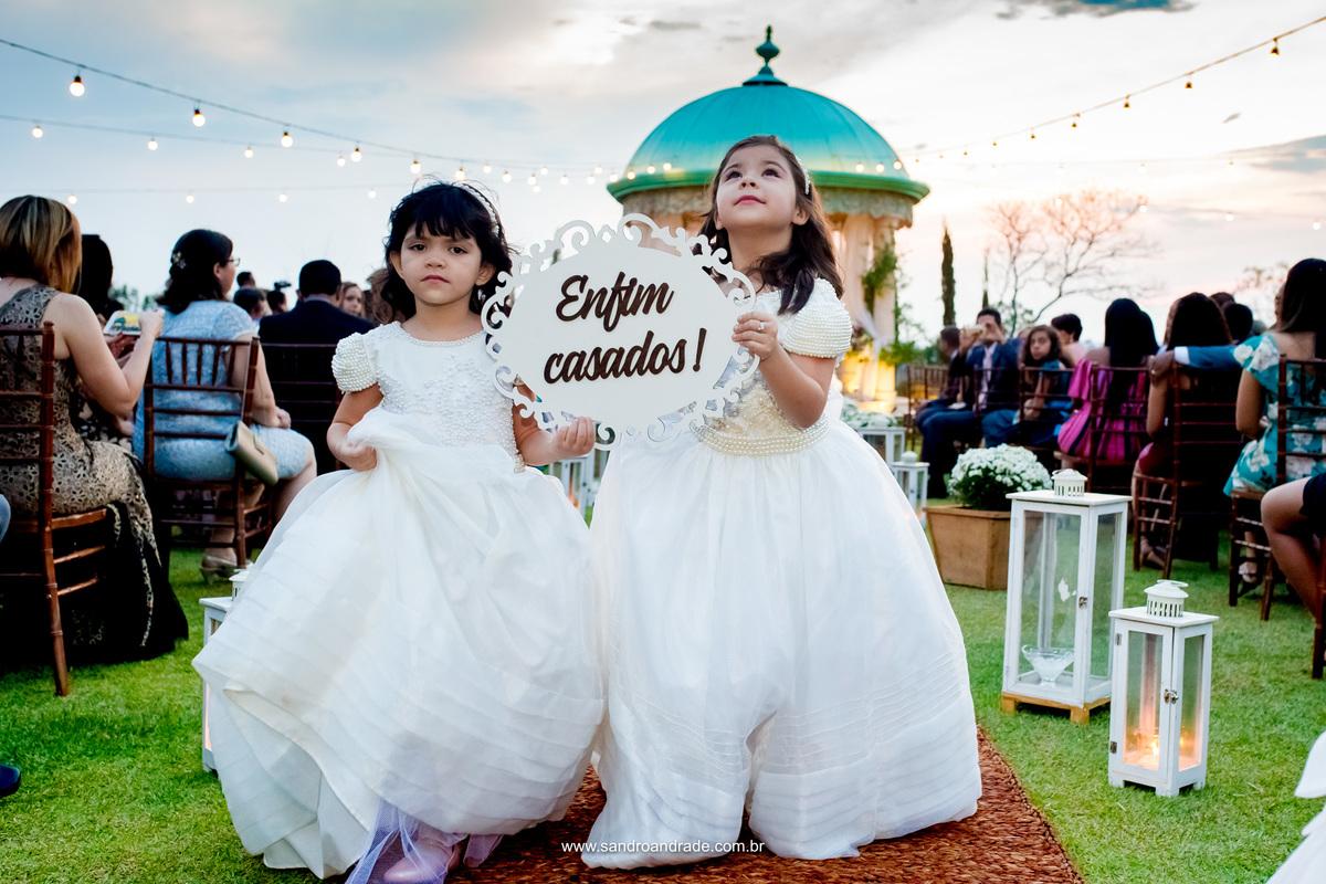 Daminhas saindo com a plaquinha de: Enfim...casados!