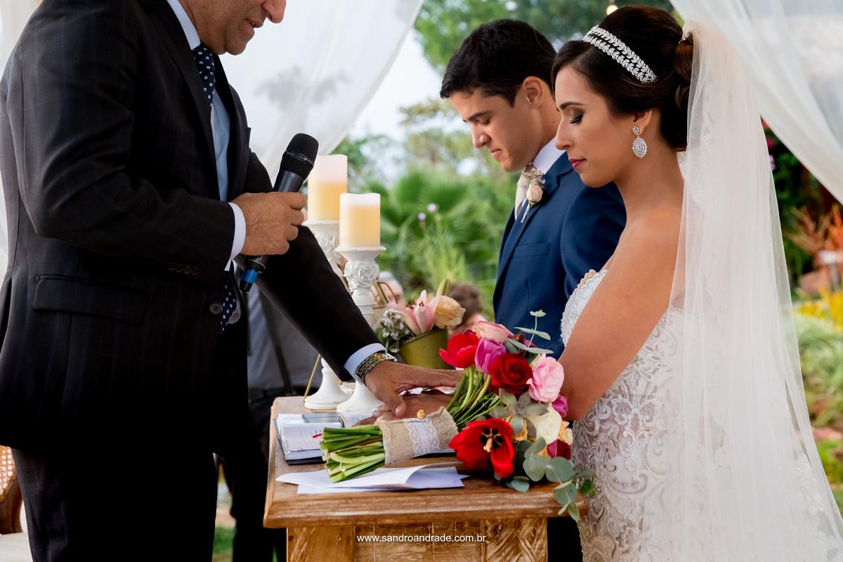 O pastor abençoa o casal como ministro do evangelho de Cristo.
