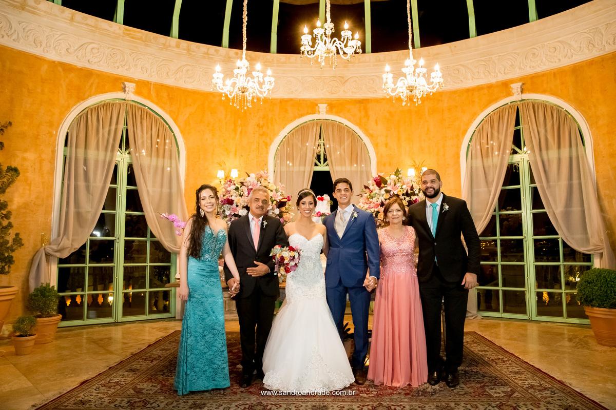 Foto do casal com a família do noivo na festa.