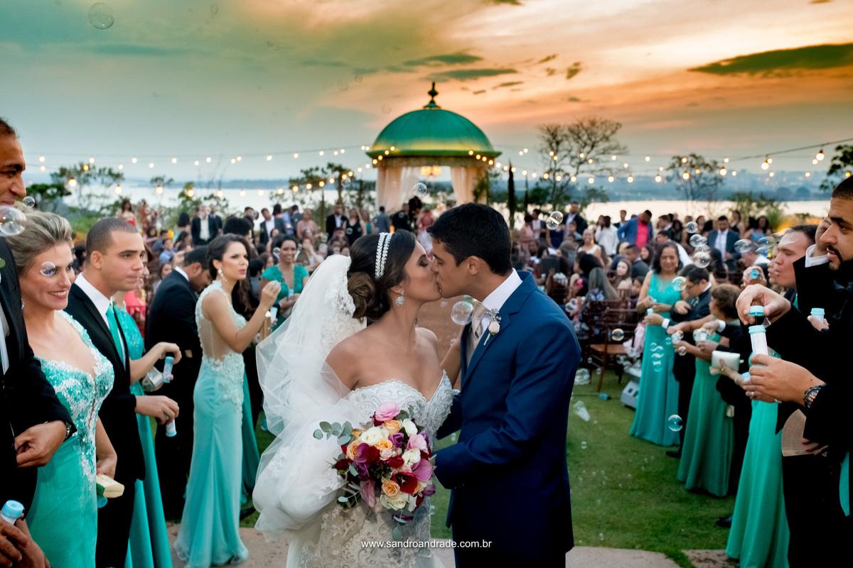 O beijo na boca é o maior gesto de demonstração de carinho, amor e paixão entre um casal, desde o simples tocar de lábios até o beijo mais intenso e apaixonado. Em composição com esse beijo uma belissima fotografia do céu azul, casamento em Brasília.