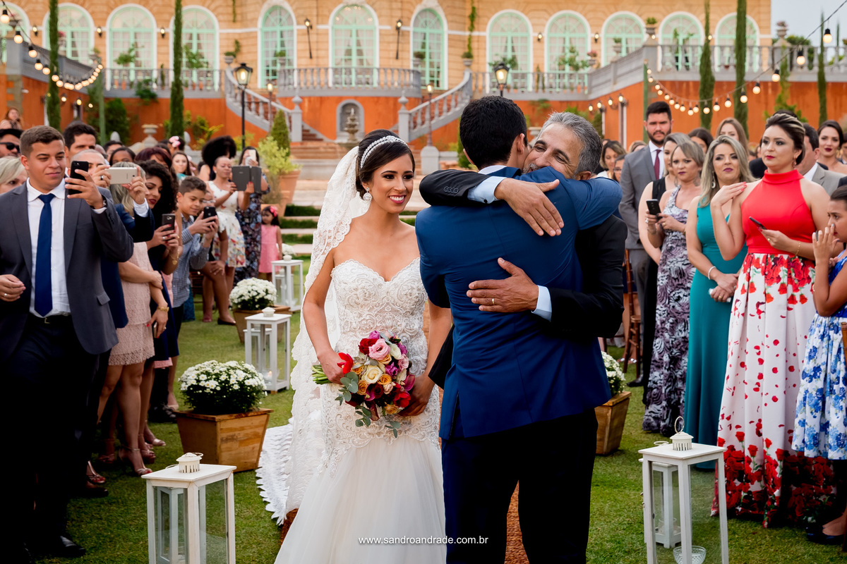 O pai da noiva e noivo se cumprimentam antes de entregar a filha a João, o homem que ela escolheu para amar por toda vida.