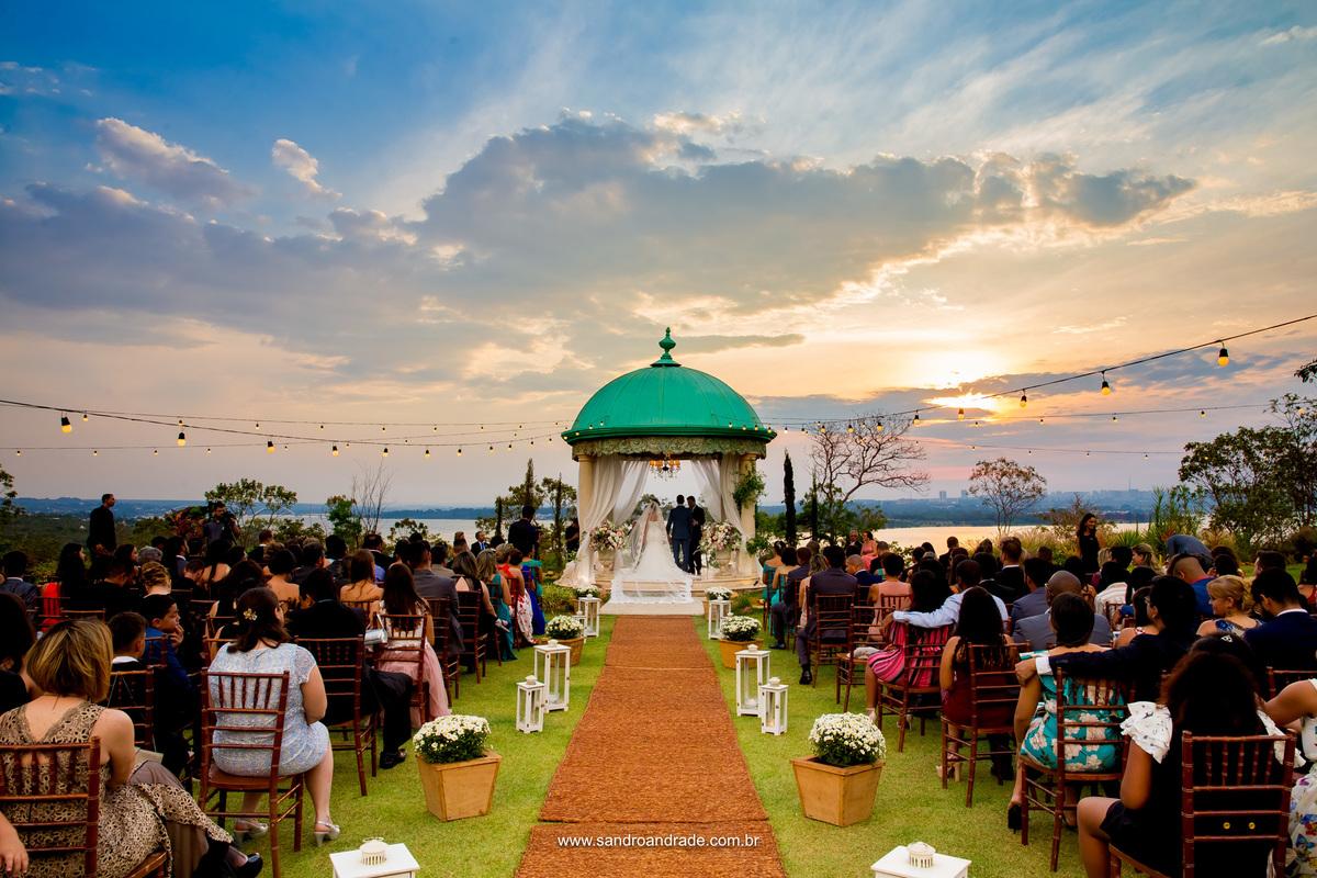 E mais uma vez o céu azul e amarelo, neste lindo por do sol, presenteando o casal com esta visão maravilhosa durante a cerimonia de casamento na Villa Giardini.
