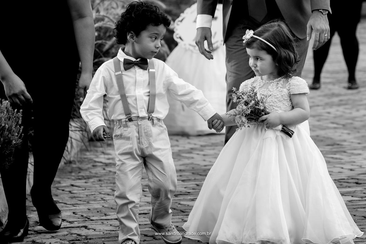 Fotografia de momento de Sandro Andrade, os pajens conversando e dando as mãos antes da entrada deles.