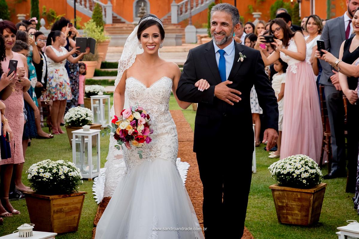 A entrada da noiva com o pai.