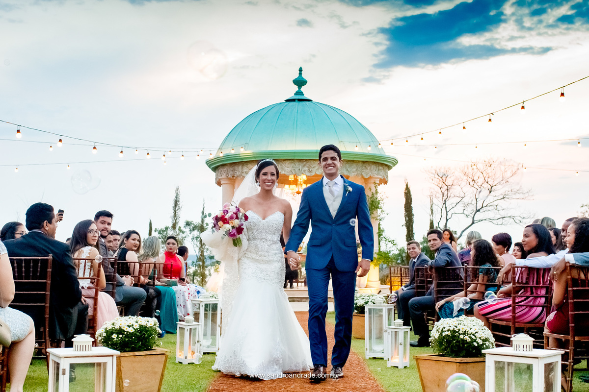 Agora sim, lindos e casados! Ela com um lindo vestido Lá Fiancé e Ele com um belissimo terno Maxime Noivos e Black Tie.