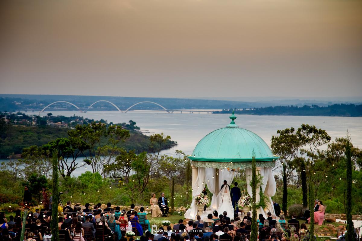 Linda vista da Villa Giardini durante a cerimonia de casamento com a ponte JK de fundo abeira do lago Paranoá.