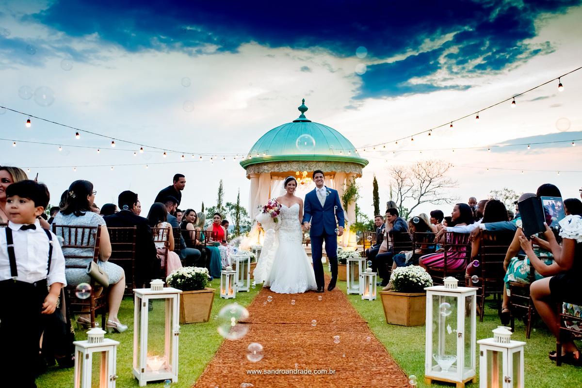 Saida dos noivos com este lindo céu azul.