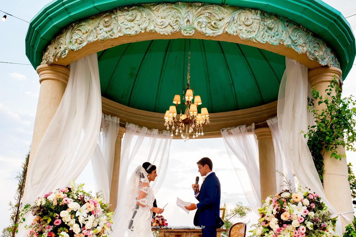 Votos dos noivos, João se declara a sua belissima noiva Milena, prometendo-a amar por toda vida e continuar a tradição do pai dela de comprar o pão quentinho todos os dias pela manhã.