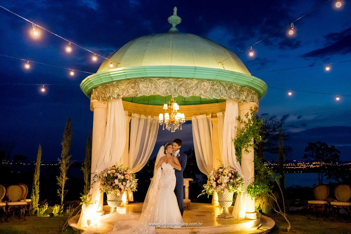 Registro lindo das caricias do casal na Villa Giardini, fotografia por Sandro Andrade fotografo de casamento DF