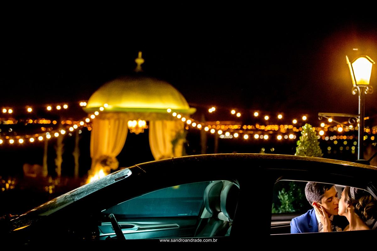 Prontos para partir, se amando e com este lindo beijo dentro do carro eles iniciaram a lua de mel e depois uma vida a dois.