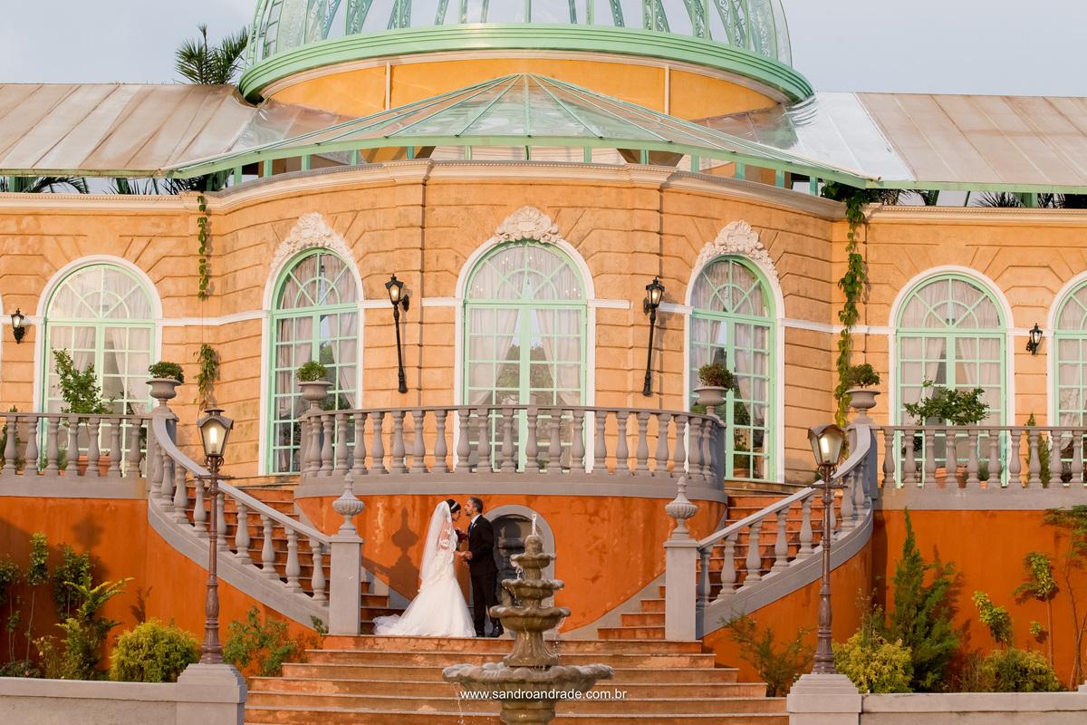 Com um beijo de ternura na testa da filha, o pai da noiva a recebe nas escadarias da Villa Giardini.