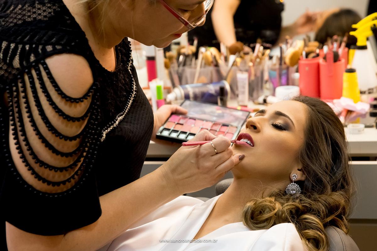 A maquiadora está mandando bem na maquiagem desta noivinha linda, lindo colorido dos jogos de sombras e pinceis ao fundo.