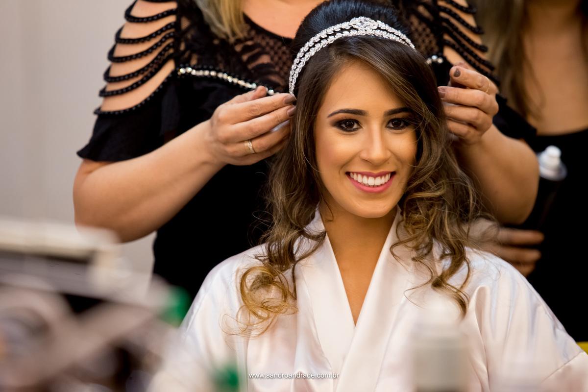 Feliz, esta fotografia significa isso, este sorriso contagiante ao se ver ficando pronta, linda maquiagem e acessório lindo da Leila Cerqueira.