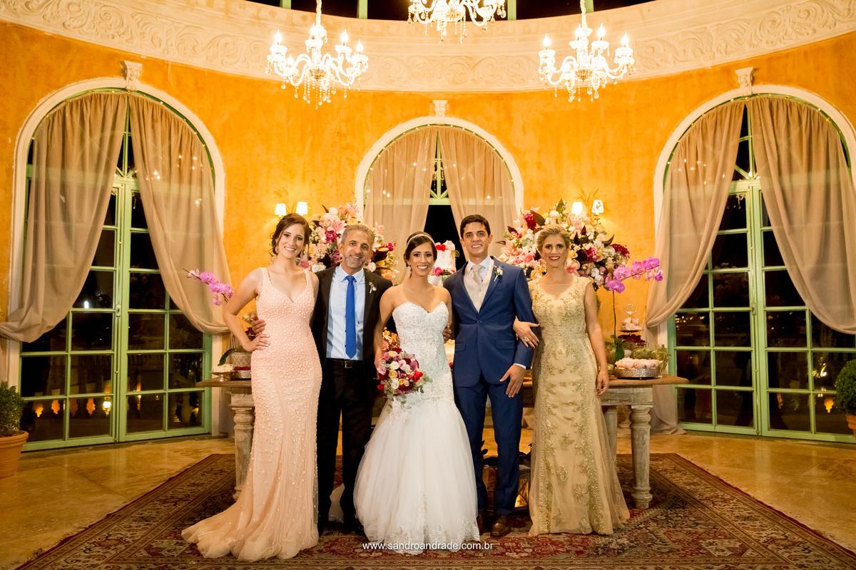 Os noivos posando para foto com a família da noiva.