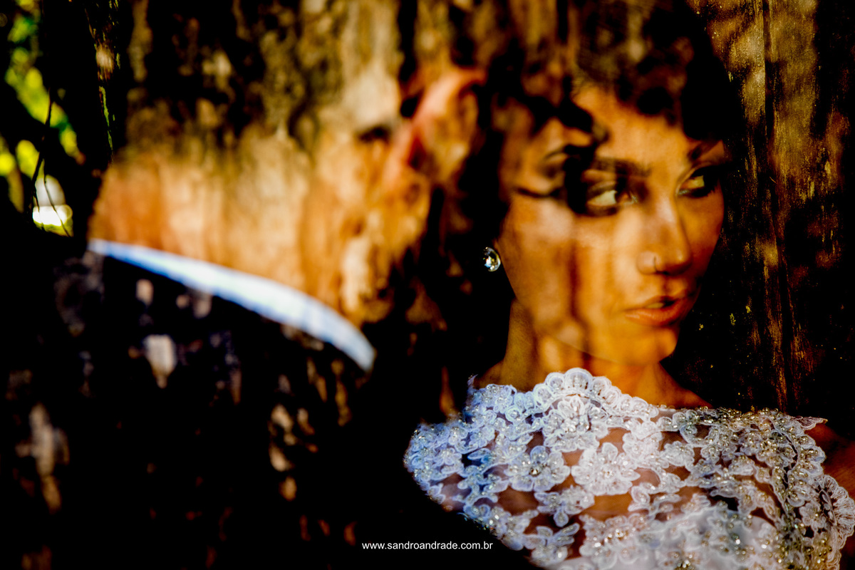Retrato dos noivos, o rosto da noiva é de uma beleza que atrae o olhar.