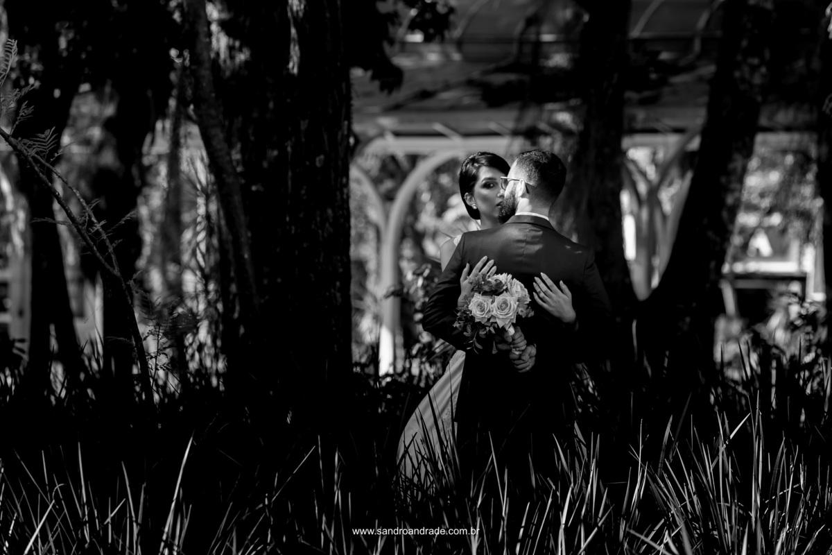 Um momento de espidinha da noiva para conferir o que o fotografo de casamento de Brasilia Sandro Andrade esta fazendo.
