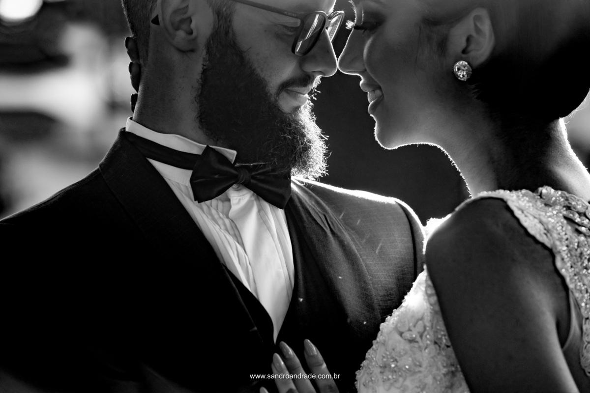 Um belo casal em um belo retrato preto e branco.