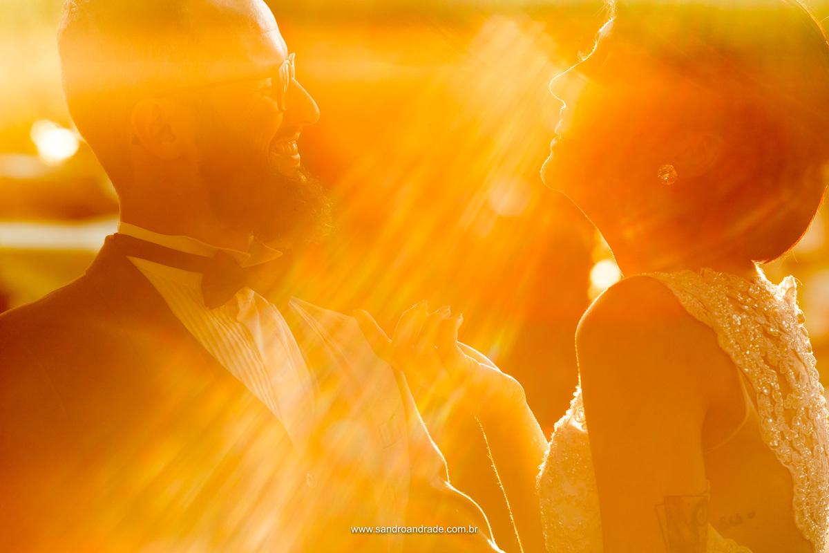 Casal descontraido, com uma gargalhada em uma belissima fotografia colorida, com luz natural.