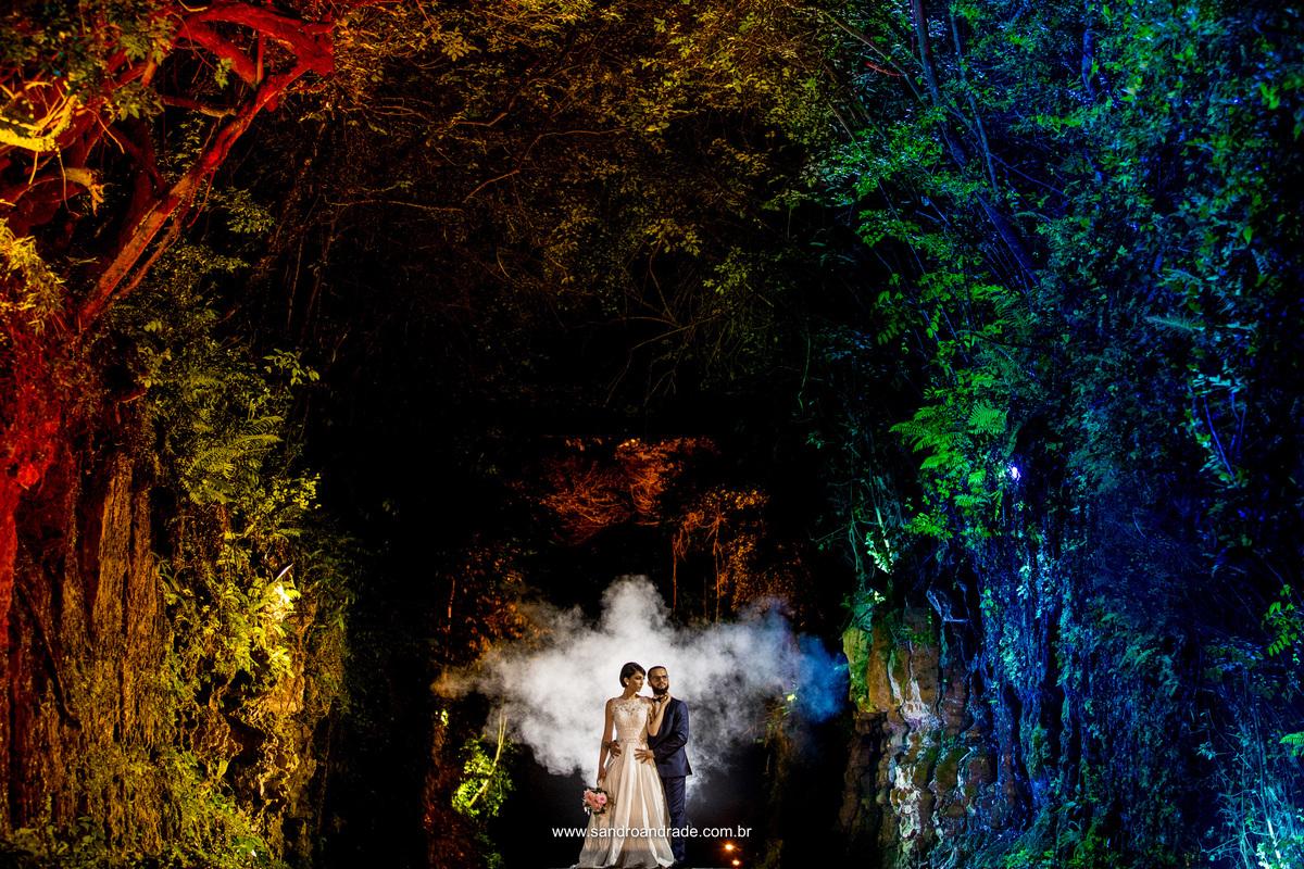Em meio as arvores coloridas, o casal em um gesto de amor e um lindo efeito de fumaça que parece um anjo ao fundo. Detalhes que enriquecem a fotografia com o conhecimento do fotografo de casamento de Brasilia, Sandro Andrade.