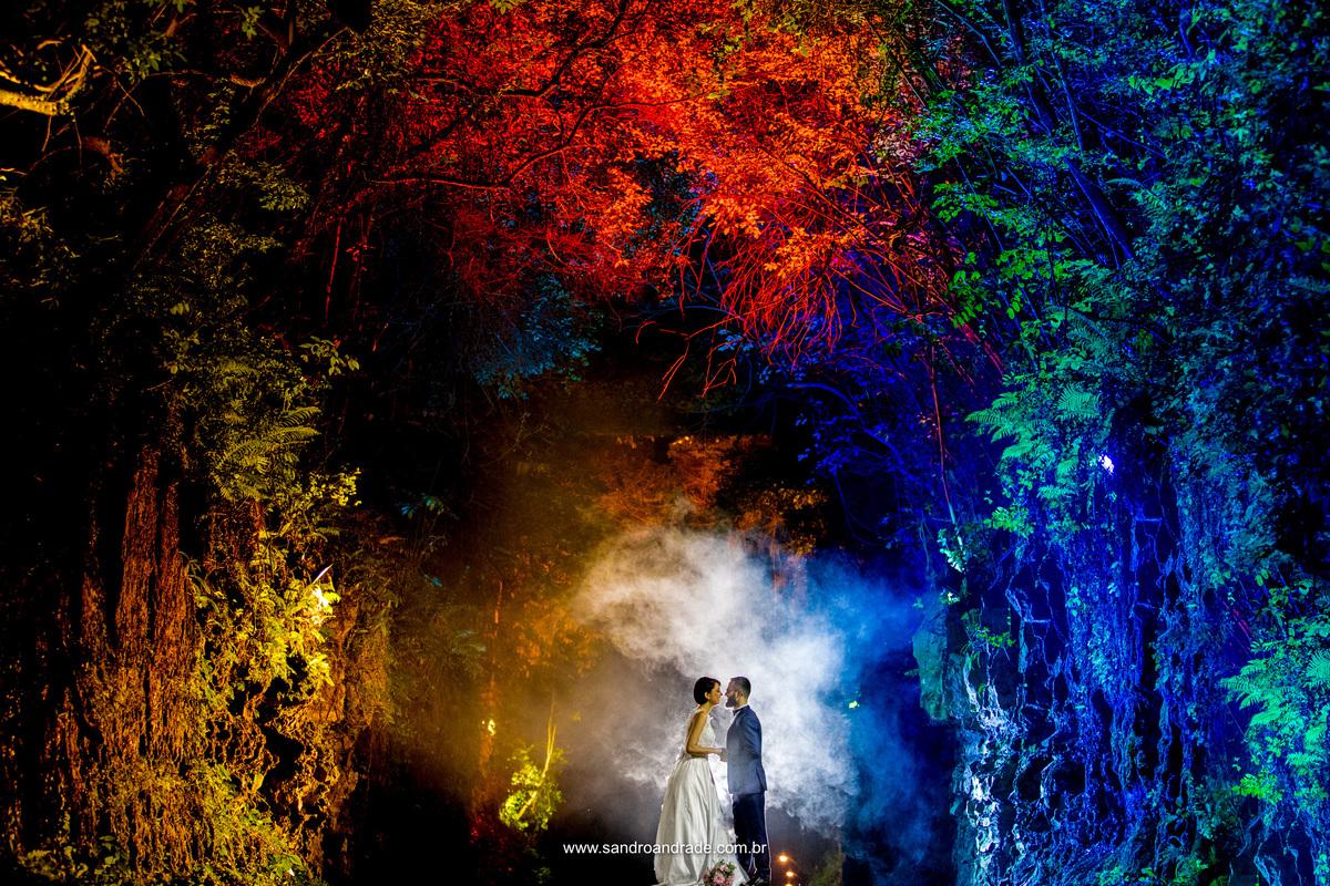 Novamente com efeitos de fumaça o fotografo Sandro Andrade, especializado em casamentos, brinca com as cores entre as arvores, fumaça e um belo casal.