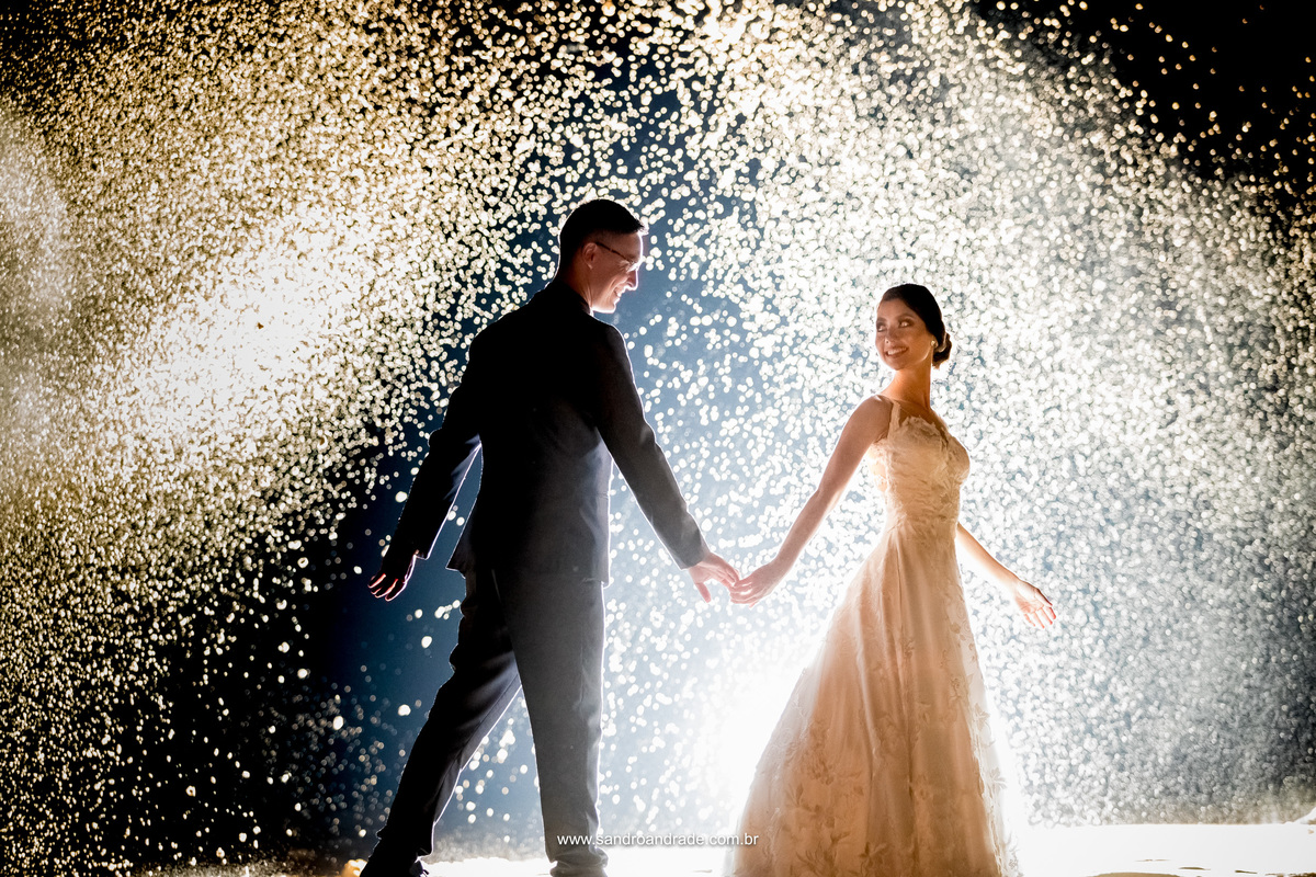 Uma imagem de filmes de princesas, uma noiva linda, sorriso contagiante dos noivos e um efeito muito lindo feito pelo artista das fotos Sandro Andrade, desta vez brincando com água e uma contra luz belissima.