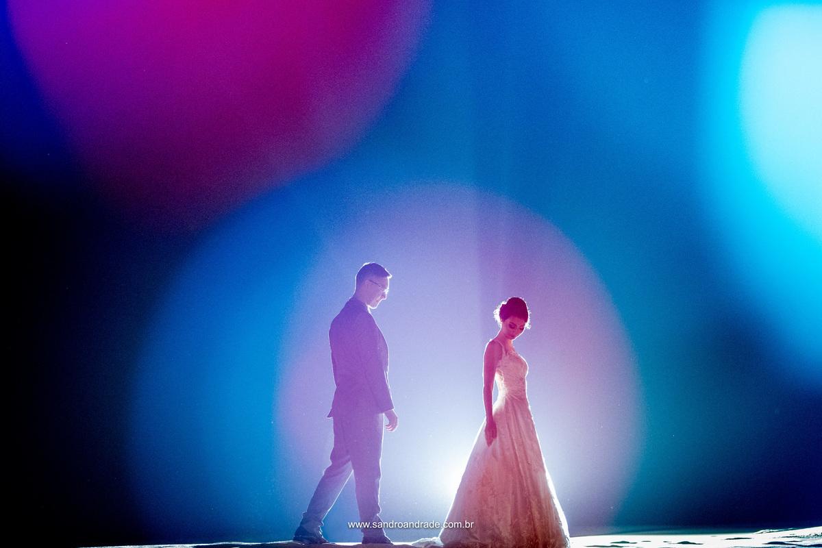 Um casal apaixonado, uma linda contra-luz e bonquê em tons de azul e rosa compõem esta imagem. Uma belissima imagem, digna de ser capa deste album.