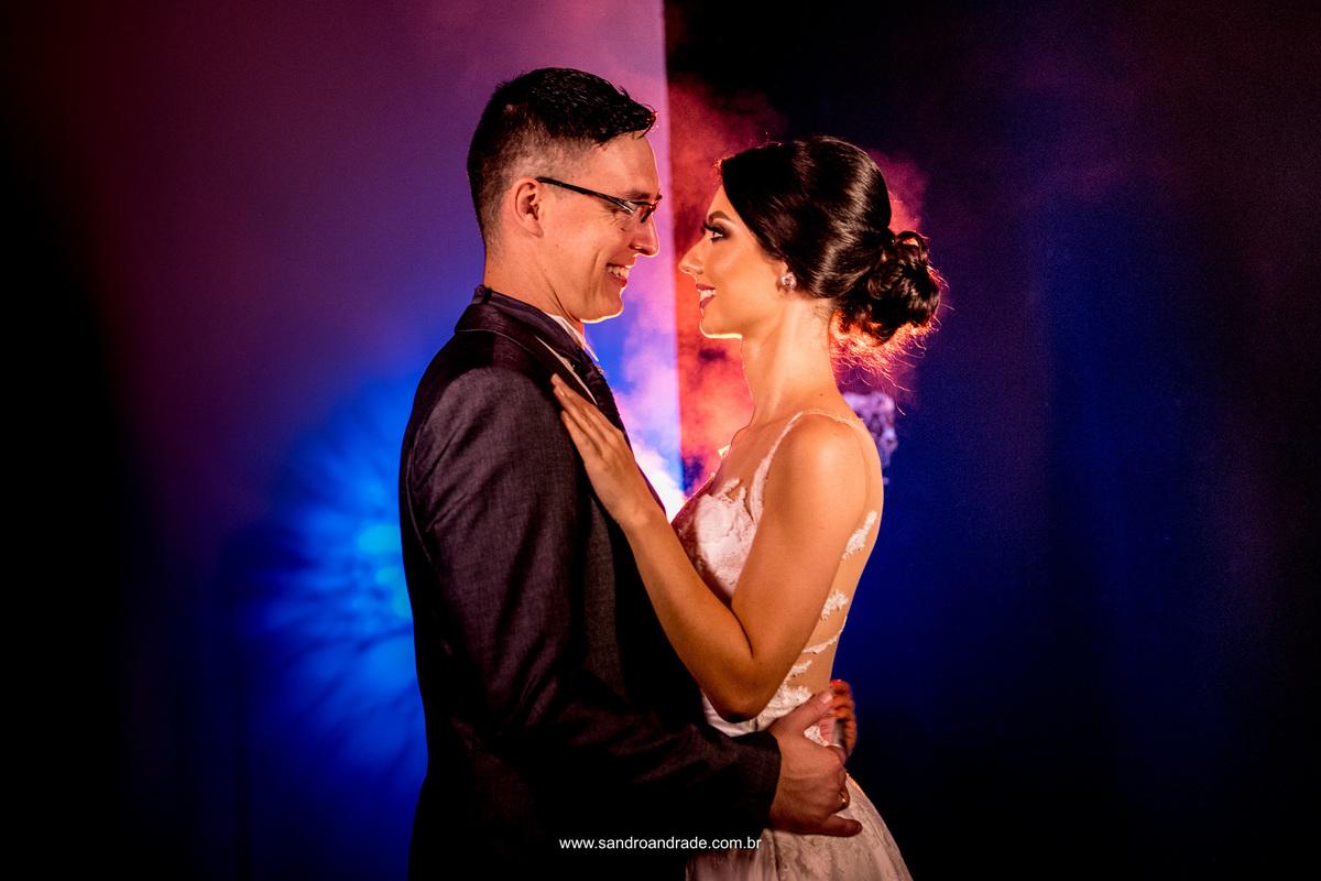 Retrato dos noivos, e luzes coloridas, amor, sorrisos, dois lados, duas pessoas e algo comum, o amor que os une.