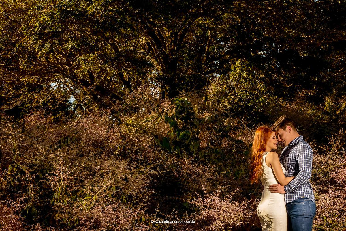 Casal lindo e apaixonado, numa linda fotografia colorida, bem agarradinhos.