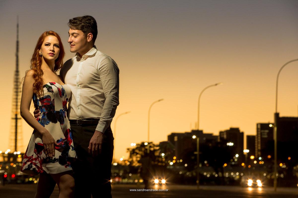Ponto muito conhecido de Brasilia, a Torre de Tv do Plano foi a escolhida para compor esta belíssima fotografia com o por do sol e esse belo casal apaixonado.