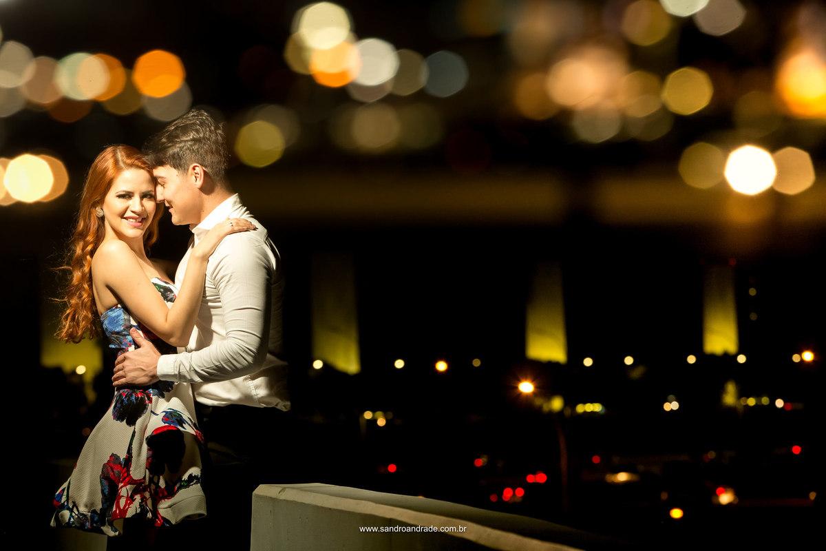 Feita no museu nacional de Brasilia esta fotografia retrata o casal, ao fundo a catedral de Brasilia e uma  dupla exposição cheia de criatividade criada por Sandro Andrade.