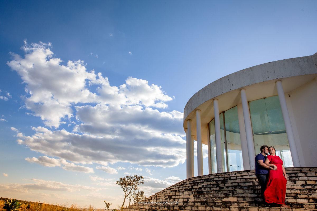 Nuvens, céu azul, arquitetura e um casal lindo e apaixonado em uma belíssima fotografia colorida.