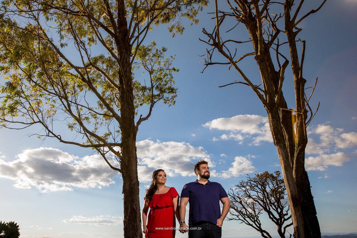 Arvores e um lindo par...céu e nuvens.