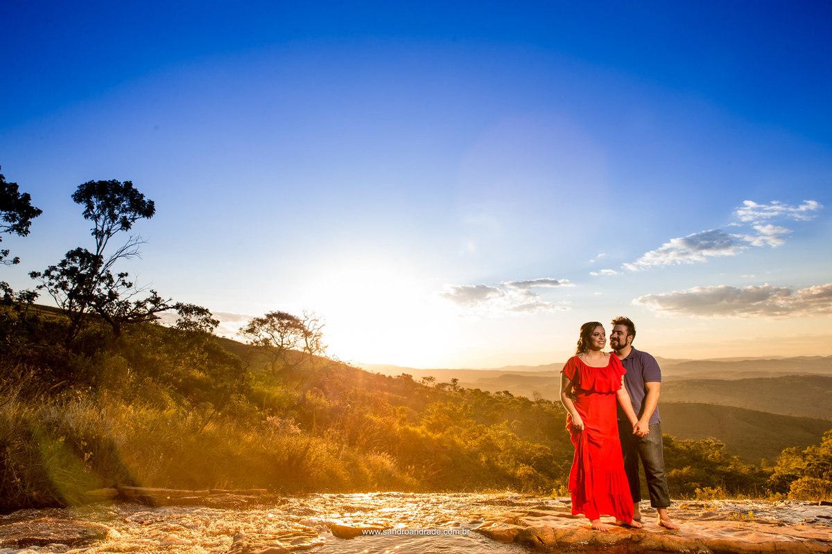 A beira da cachoeira, de fundo as montanhas e um amor para registrar.